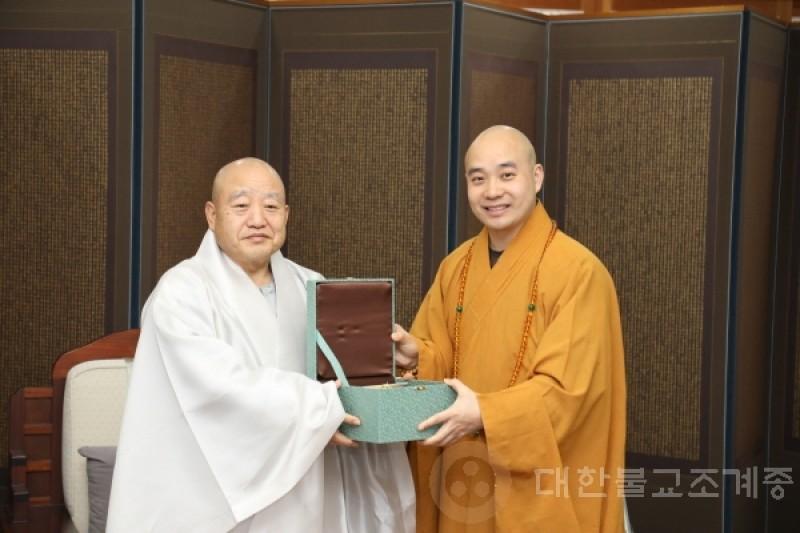 中国佛教协会宗性大和尚礼访总务院长。