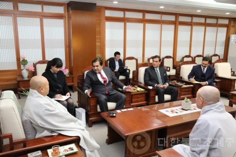 佛历2562 12月 4号(周二)驻大韩民国巴基斯坦大使礼访总务院长。