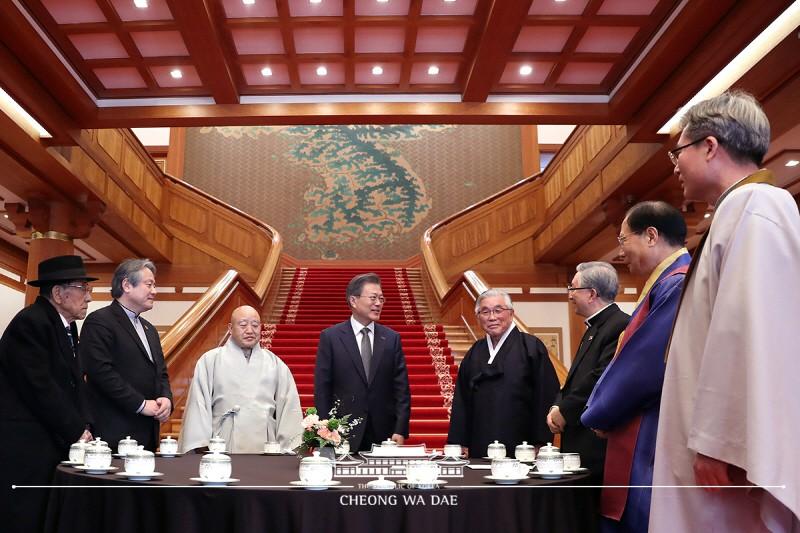 文在寅总统邀请七大宗教领袖在总统府青瓦台共进午餐